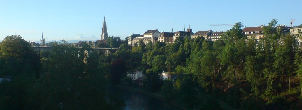 Die Alstadt von Bern von der Lorrainebrücke aus gesehen: von links nach rechts das Dach vom Rathaus, Turm der Kirche St. Peter und Paul, Münsterturm, Stadttheater, davor Kornhausbrücke