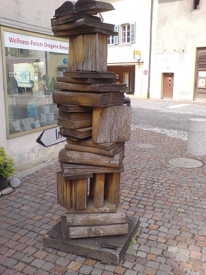 Bücherskulptur in der Amtshausgasse Erlach
