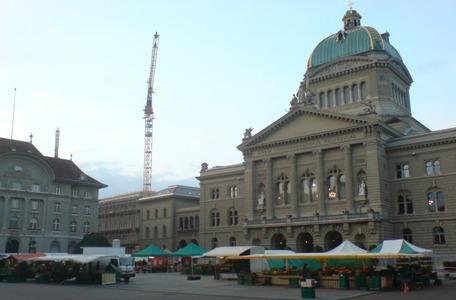 Dienstag-Märit auf Bundesplatz Bern beim Aufbau