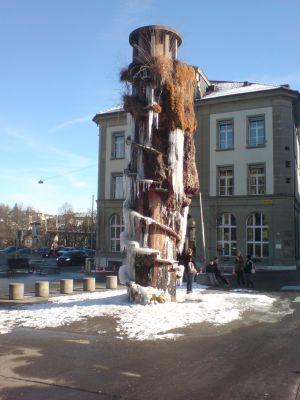 Meret-Oppenheim-Brunnen vor der Nasenoperation