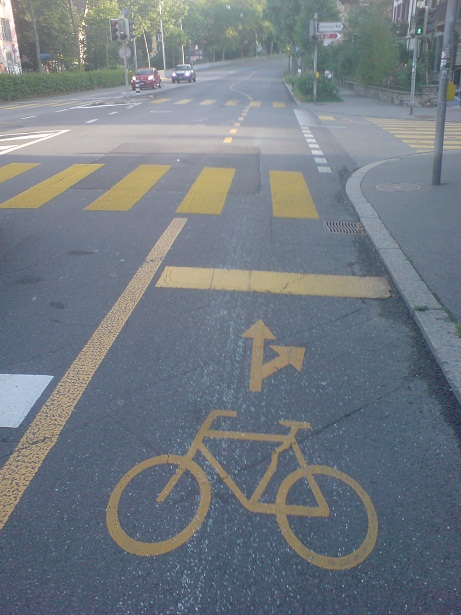 Glasscherben auf dem Velostreifen bei der Kreuzung Nording - Römerweg in Bern - ein Fall für das Velophone