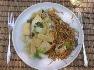 Tofu mit Gemüse und Nudeln