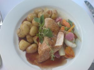Gebratene Pouletbrust an Rotweinjus dazu Bratkartoffeln und Frühlingsgemüse