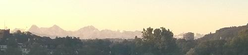 Aussicht von der Monbijoubrücke auf die Berner Alpen und das neue Hochhaus in Wabern
